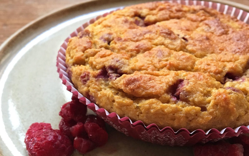 Barnevennlige muffins med søtpotet og bringebær
