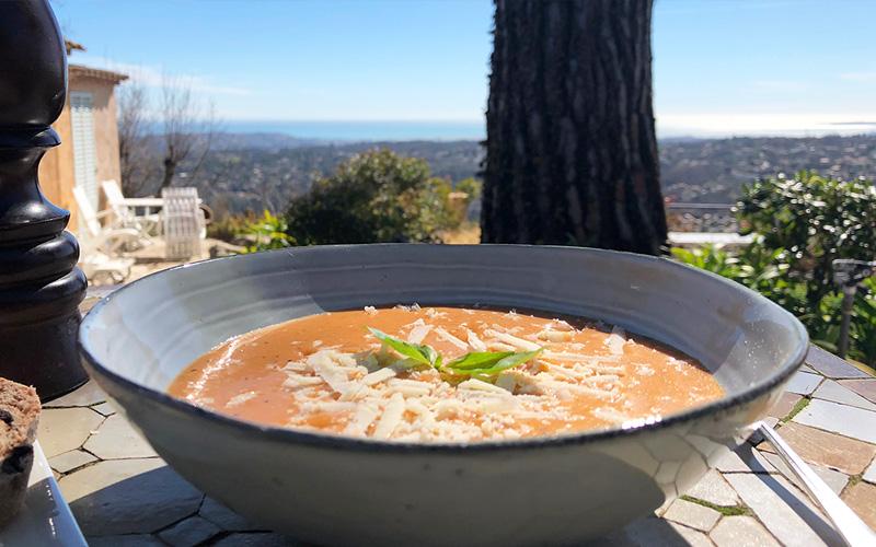 Kremet tomatsuppe med basilikum og parmesan