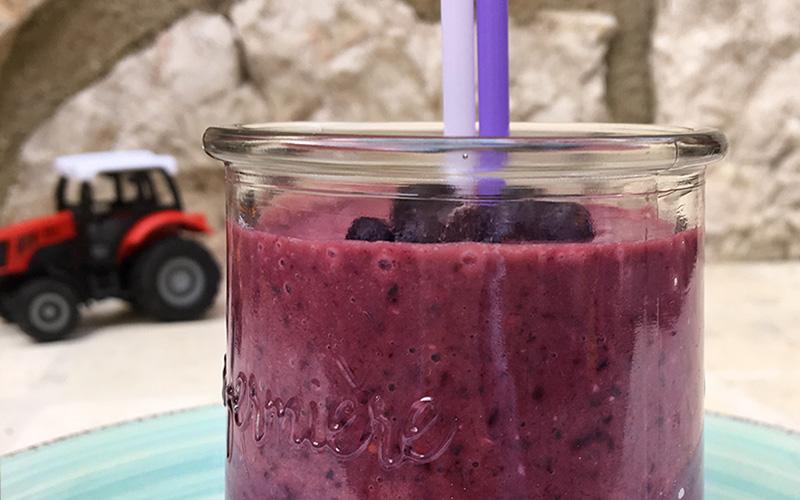 Barnevennlig smoothie med banan, spinat og blåbær