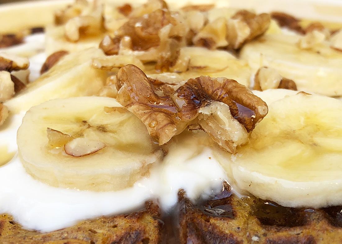 Søt og sunn frokostvaffel med gresskar og kanel