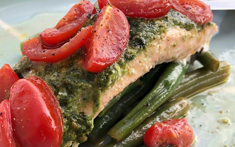 Alt-i-ett laksepakke med aspargesbønner, pesto og cherrytomater