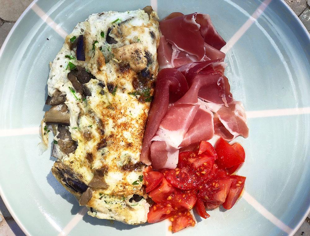 Eggehviteomelett med bakt aubergine og fersk koriander