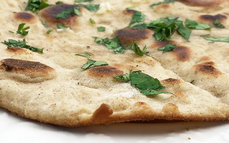 Hjemmelaget nanbrød med hvitløk og koriander