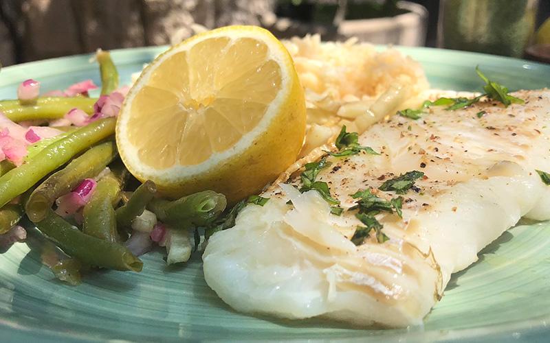 Ovnsbakt torsk med sitronsaus og blomkålris