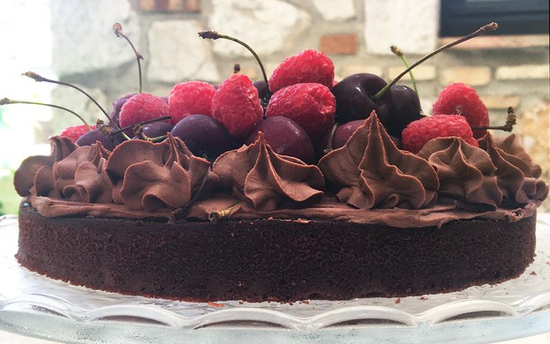 Saftig og strøken sjokoladekake med kirsebær og bringebær