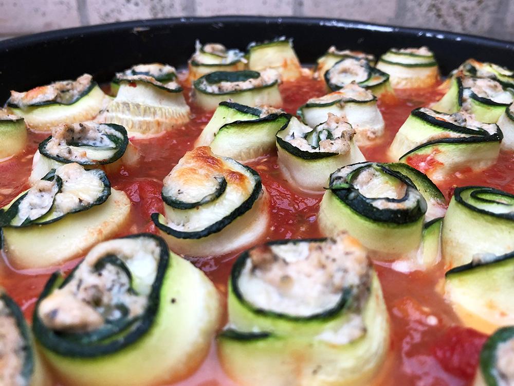 Squashruller i tomatsaus fylt med ricotta og salsiccia