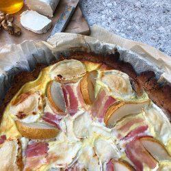 Rustikk pai med pære, chevre og bacon
