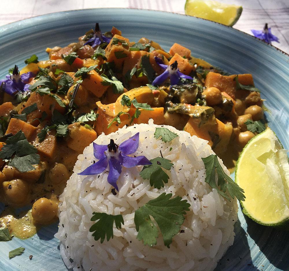 Smakfull og sunn curry med kikerter, søtpotet og spinat