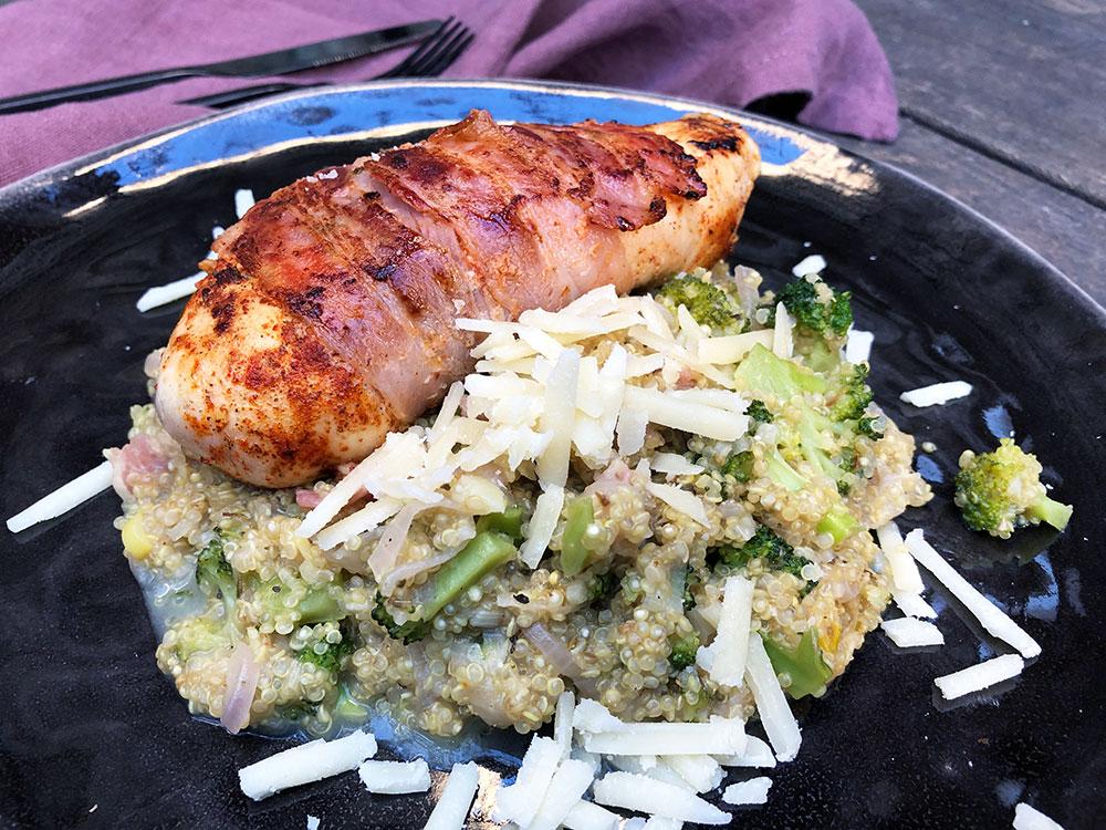 Parmesan-og hvitløksquinoa med baconsurret kyllingbryst