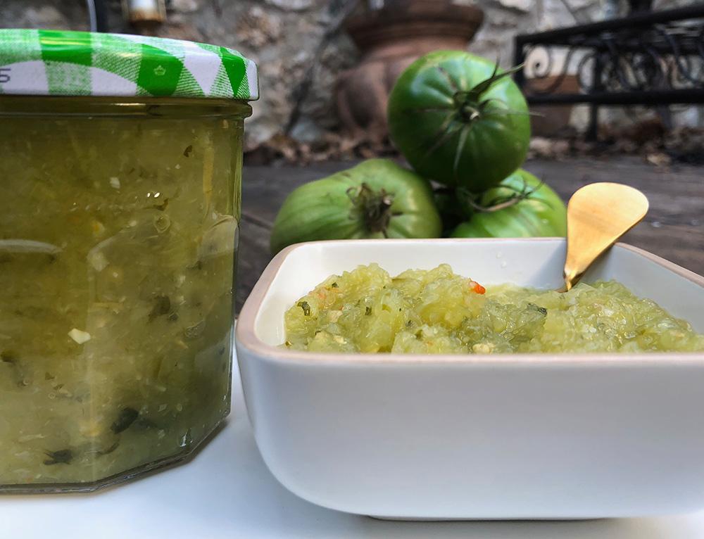 Spicy salsa av grønne tomater og koriander
