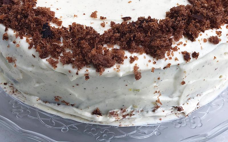 Fløyelsmyk bringebær-og sjokoladekake med kremfyll