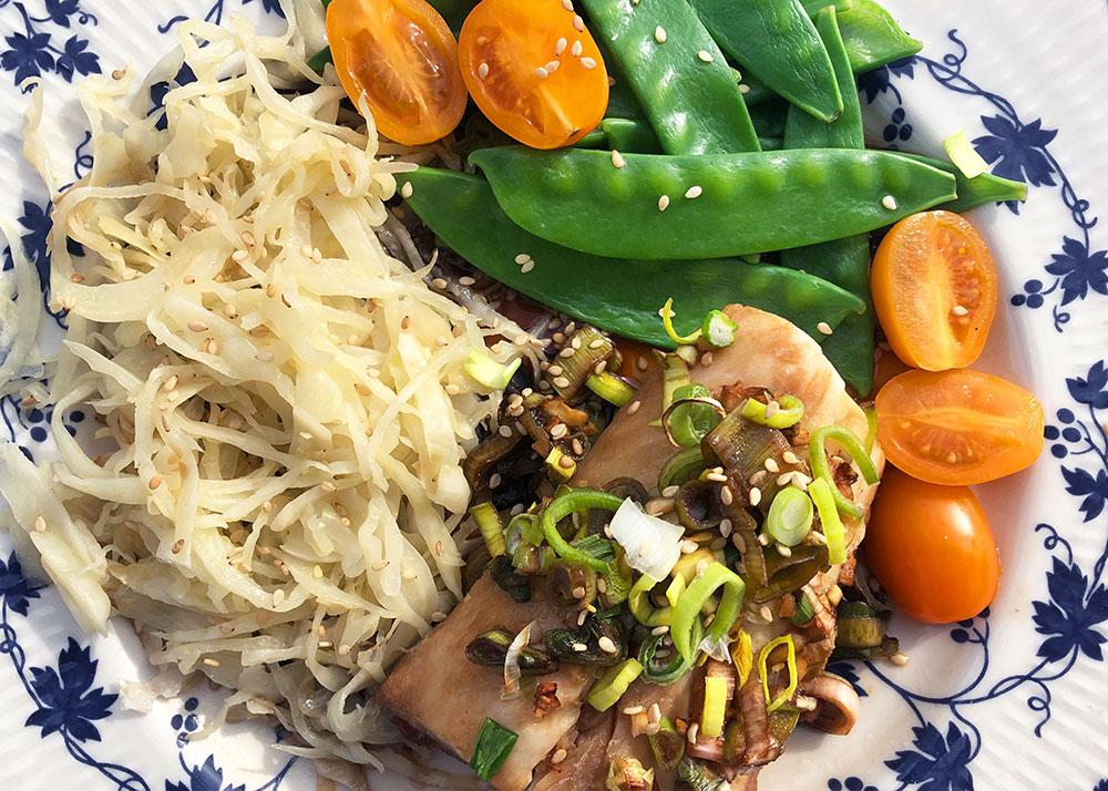 Hvit fisk med vårløk og soyasaus