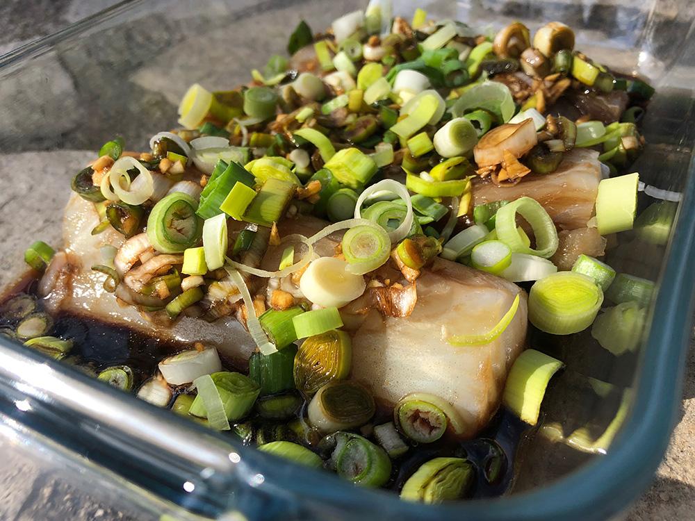 Lett fiskemiddag med vårløk og soyasaus