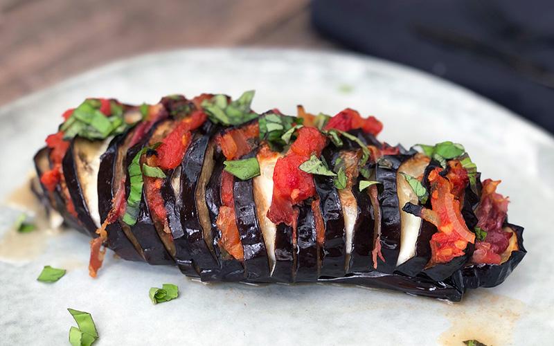 Bakt aubergine med mozzarella, spekeskinke og tomat