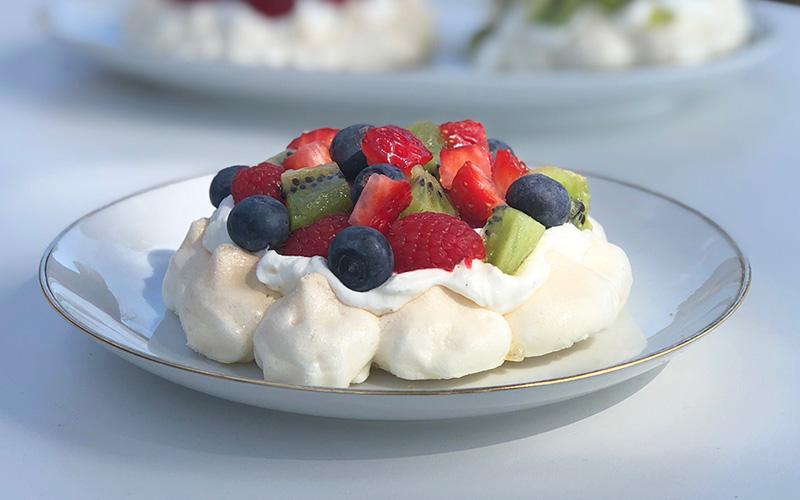 Min(i) pavlova med vaniljekrem og friske bær