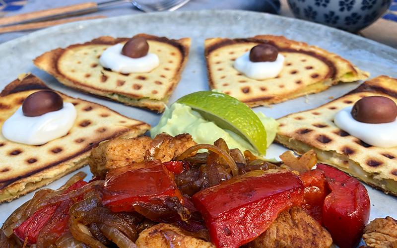 Vaffelquesedilla med spicy kylling og paprika