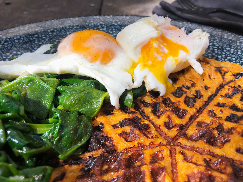 Søtpotetvaffel med surret spinat og posjert egg