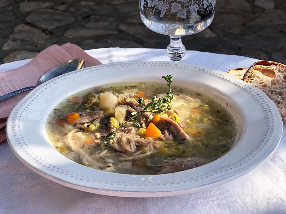 Kraftsuppe av svineknoke og grønnsaker