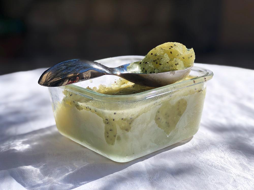 Hjemmelaget og frisk sorbet av kiwi