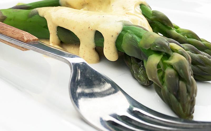 Lettkokt asparges med lett hollandaise