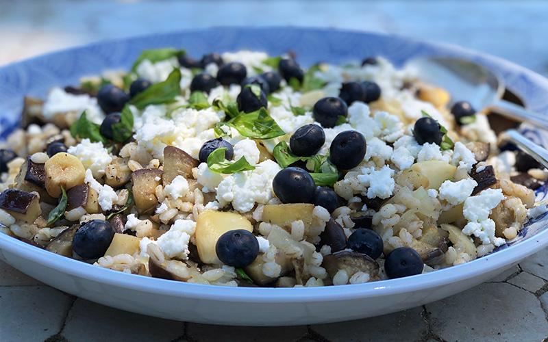 Byggrynsalat med aubergine, feta og blåbær