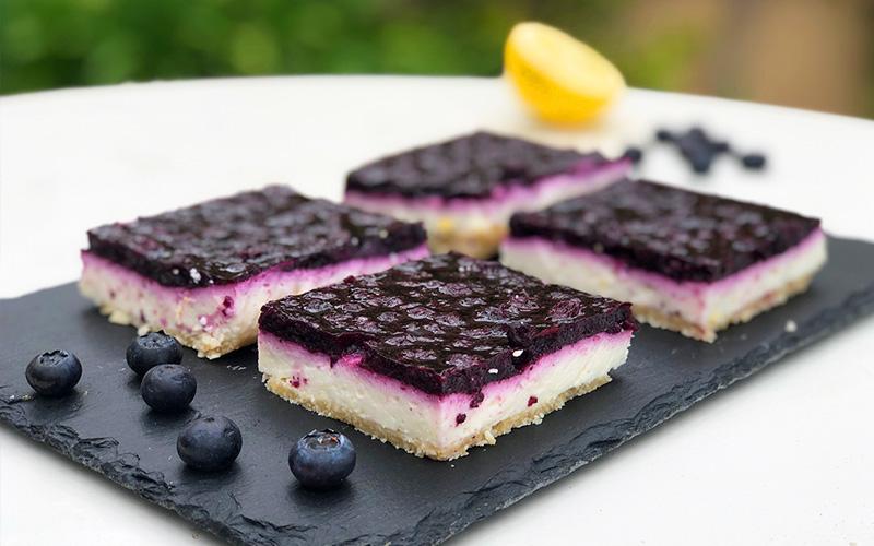 Lett og helt rå ostekake toppet med blåbær