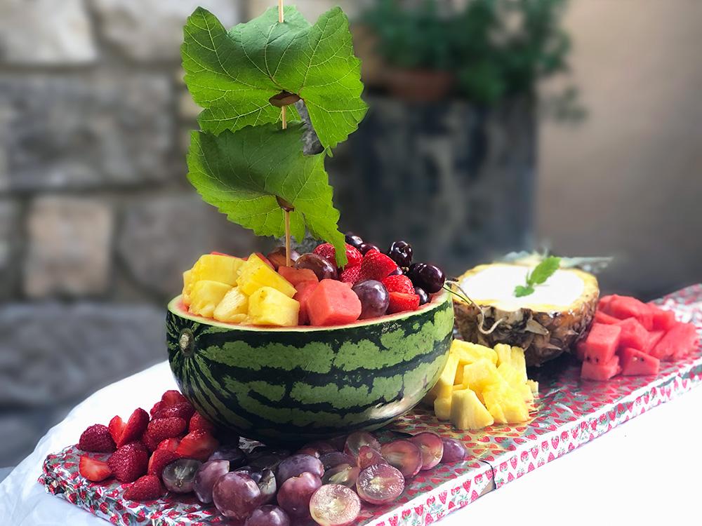 Frisk fruktbåt med vaniljedip