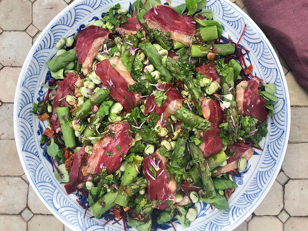 Sommersalat med røkt andebryst og asparges
