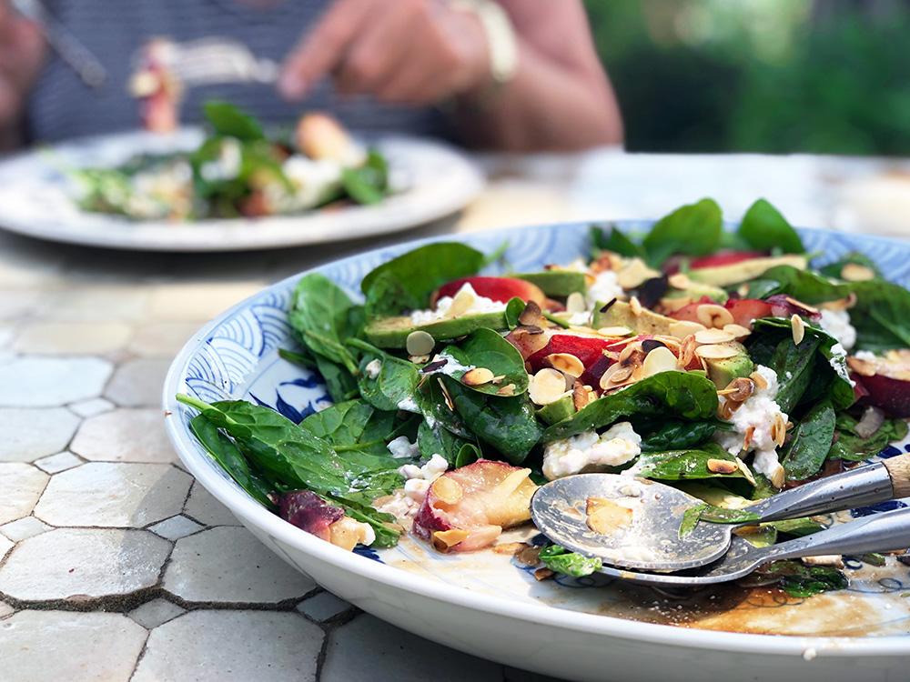 Frisk sommersalat med fersken, spinat og cottage cheese