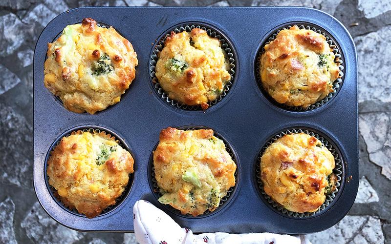 Cheesy og saftige frokostmuffins med cheddar og brokkoli