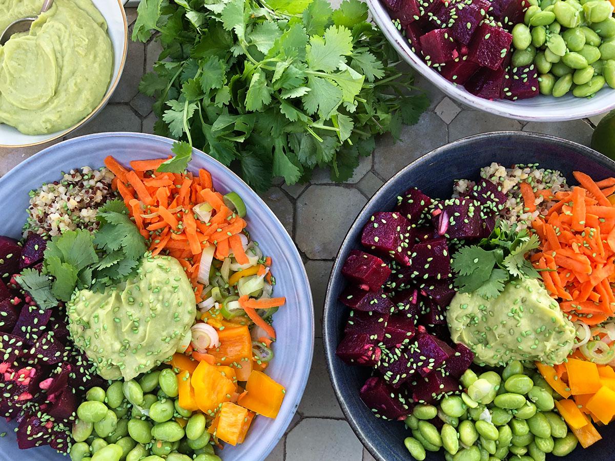 Poke bowl med rødbet og avokadokrem