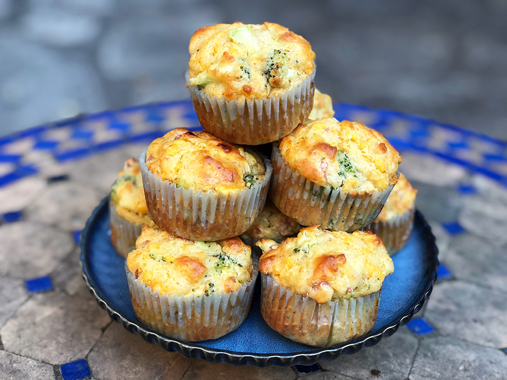 Cheesy og saftige muffins med cheddar og brokkoli