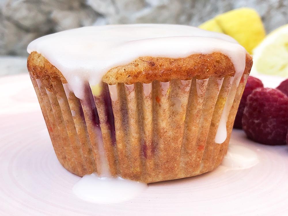 Speltmuffins med bringebær og sitron