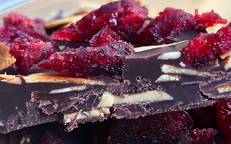 Sjokoladebark med tranebær og ristede mandler