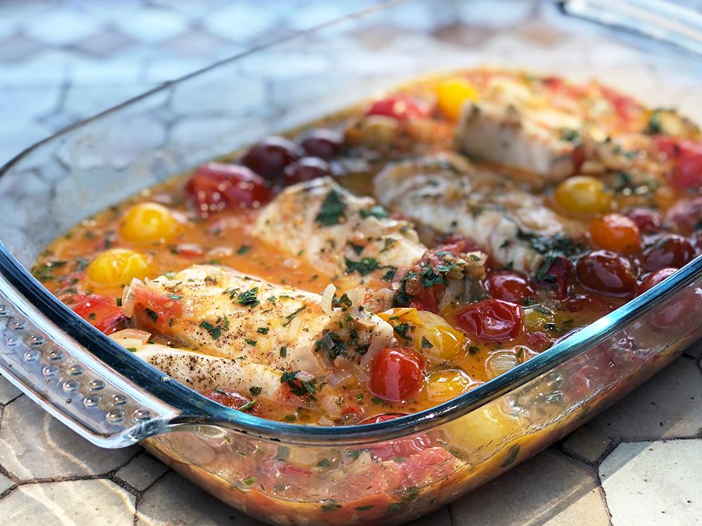 Bakt torsk med urtesmør, cherrytomater og blomkålris