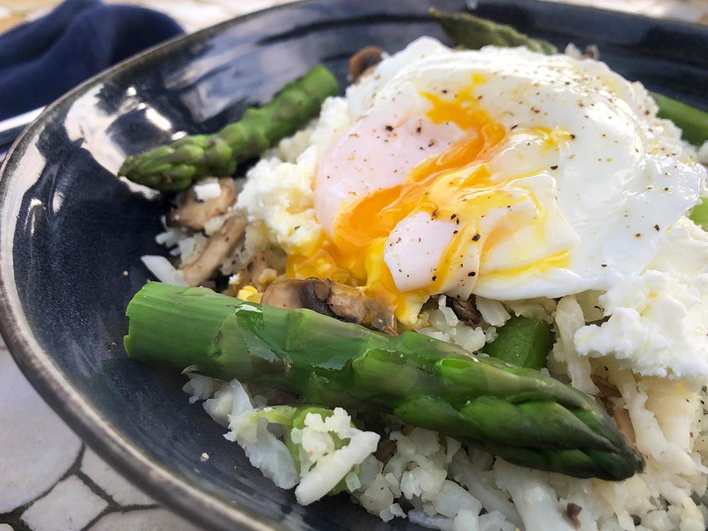 Lett blomkålris med asparges, feta og posjert egg