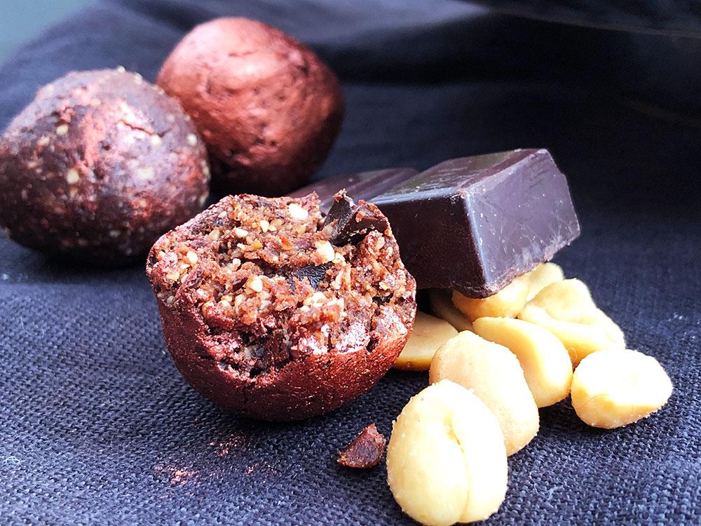 Rå bliss balls med peanøtter og sjokolade
