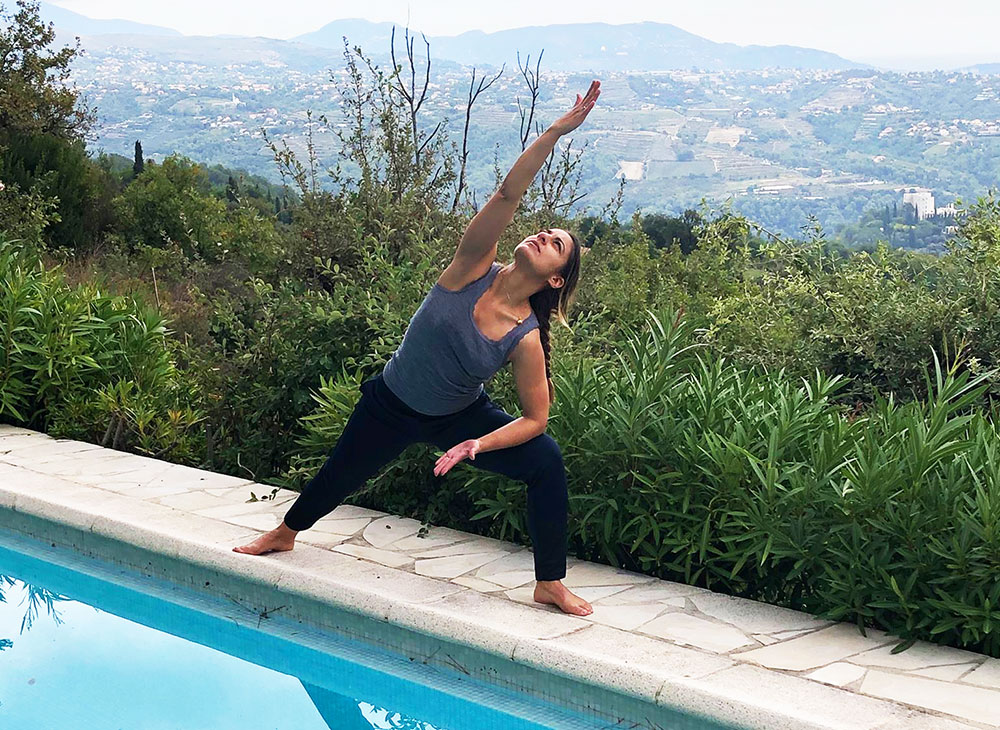 Sunniva tester ut yogafasilitetene ved pool´n!