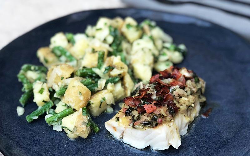 Bakt torsk i persillesmør med potetsalat