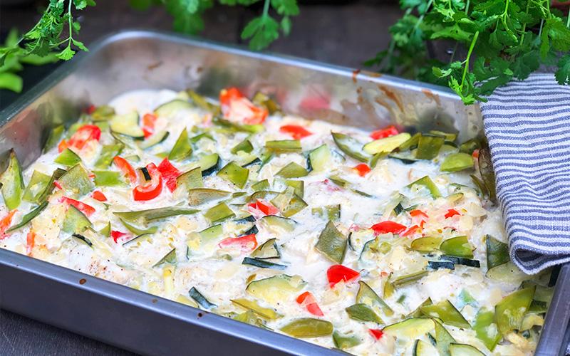 Asiatisk torskeform med fargerike grønnsaker