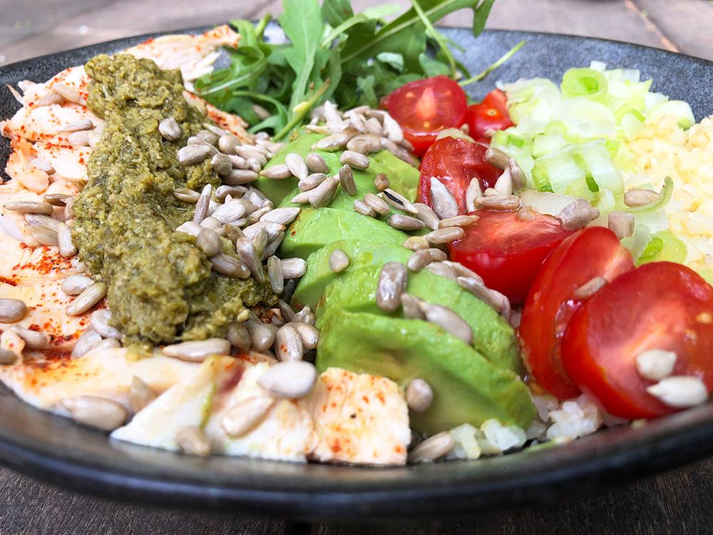 Komplett kyllingsalat med bulgur, avokado og pesto