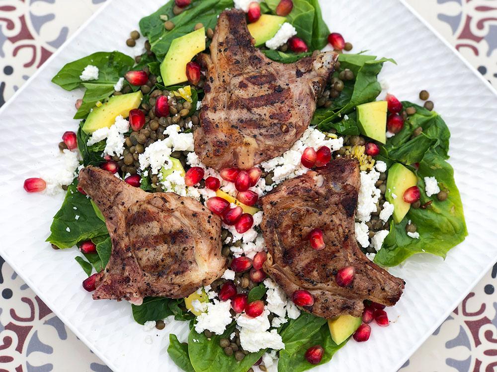 Sommersalat med lammekoteletter, linser og feta