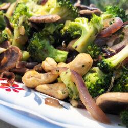 Sautert brokkoli-og soppsalat