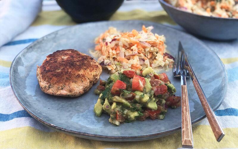 Lett lakseburger med fennikelcoleslaw og avokadosalsa
