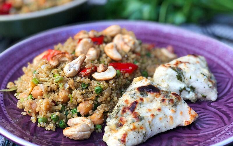 Bakt kylling i gresk yoghurt med lun quinoasalat