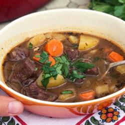Varmende suppe med mørt oksekjøtt og grønnsaker