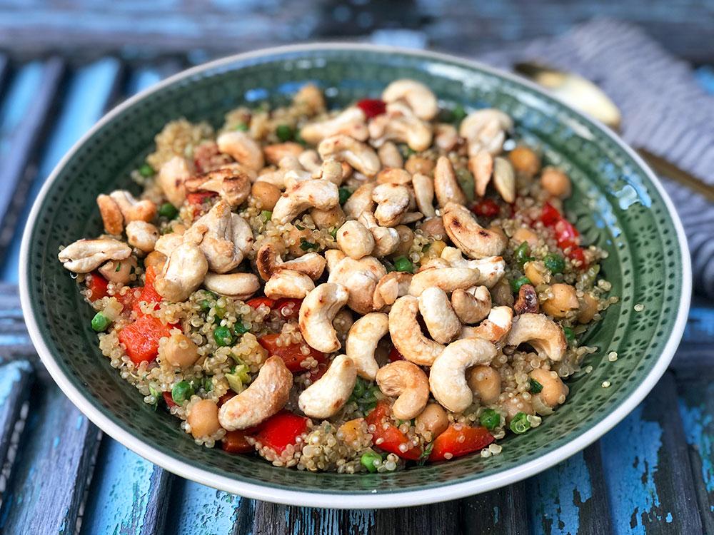 Lun quinoasalat med karamelliserte cashewnøtter