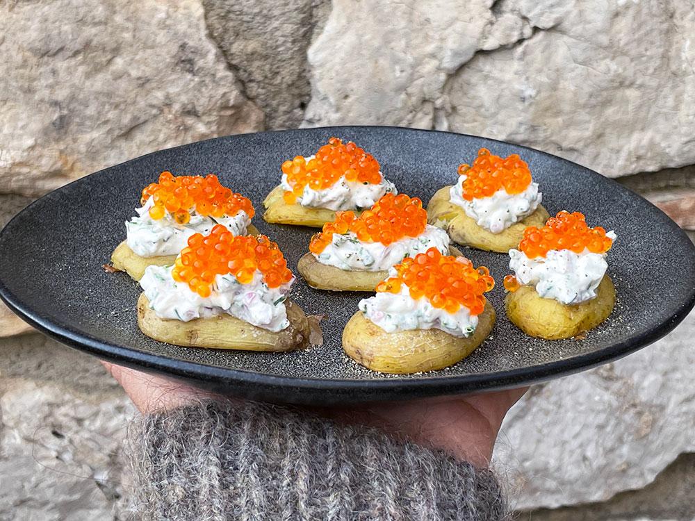 Kanaripoteter med lakserogn og crème fraîche
