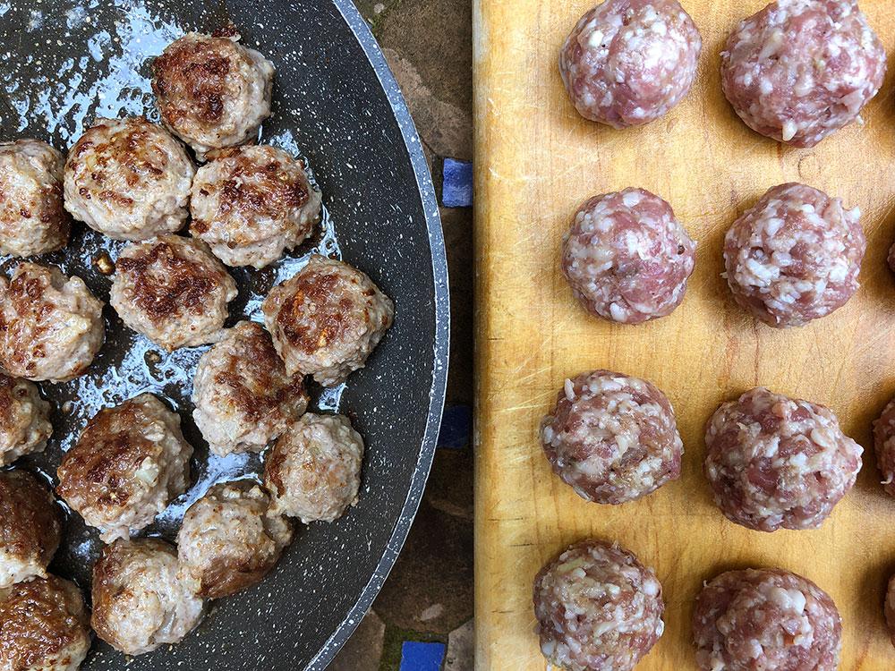 Hjemmelaget masala med smakfulle lammekjøttboller